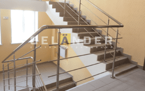 Ограждение лестрицы из нержавеющей стали в офисном помещении