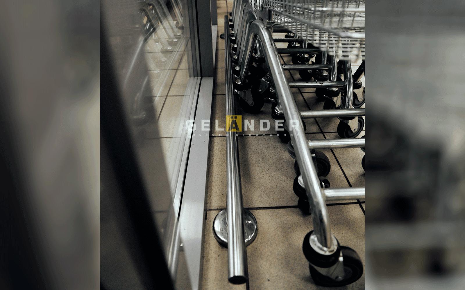 Отбойное ограждение для торговых тележек в магазине «Магнит» ограждений лестниц промсервис